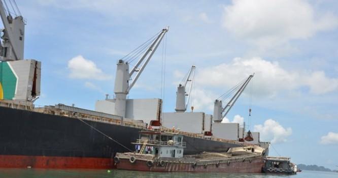 Lô hàng quặng sắt đầu tiên nhập từ Nam Phi đã bắt đầu được bốc dỡ vào Việt Nam phục vụ sản xuất nội địa từ ngày 21/6.