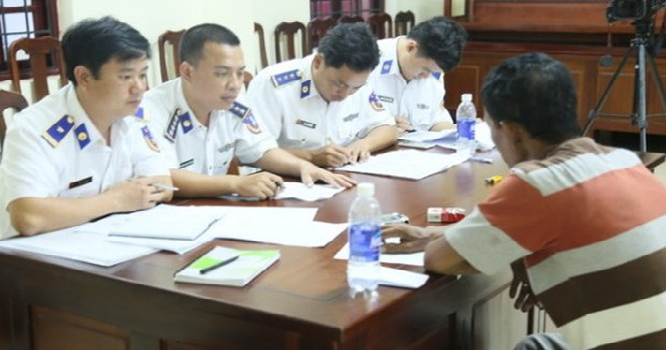 Cảnh sát biển Việt Nam đang lấy lời khai của một tên cướp biển