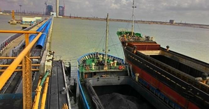 EVN đã phải đầu tư một cảng biển lớn để nhập than cho cụm Nhà máy nhiệt điện Duyên Hải - Ảnh: Mạnh Quân