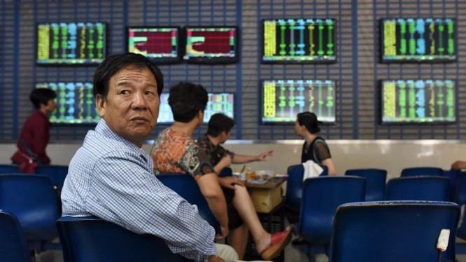 Các nhà đầu tư nhỏ lẻ Trung Quốc lo lắng theo dõi diễn biến của thị trường - Ảnh: Reuters