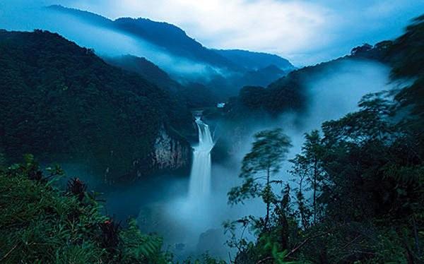 Cách công trường dự án xây đập thủy điện vài cây số, thác nước sông Coca cao gần 55 mét, cao nhất ở Ecuador. Khi con đập hoàn thành, nước sẽ vào đập, thác sẽ chảy chậm lại và cạn nước vài tháng mỗi năm.