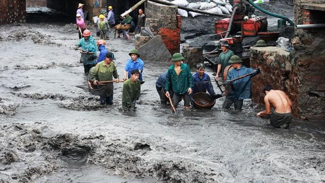 Than chảy từ mỏ than Cọc Sáu (TP Cẩm Phả, tỉnh Quảng Ninh) về suối B5-12 và đổ ra biển