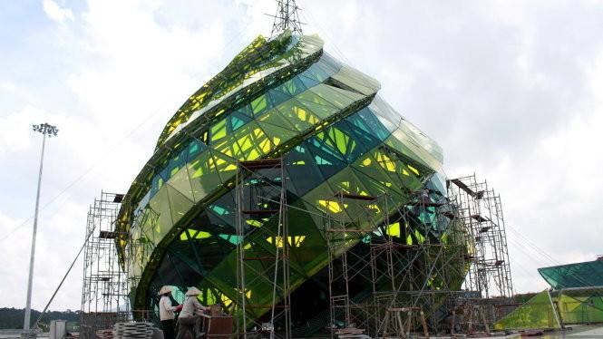 Công trình khối nụ hoa tại quảng trường Lâm Viên TP Đà Lạt thời điểm đang thi công tháng 5-2015