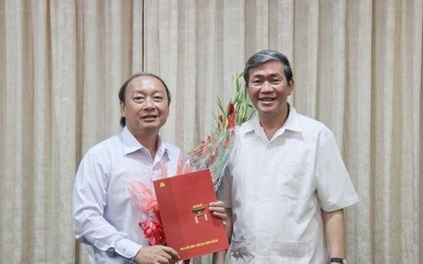 Ông Đinh Thế Huynh trao quyết định và tặng hoa chúc mừng ông Võ Văn Phuông.