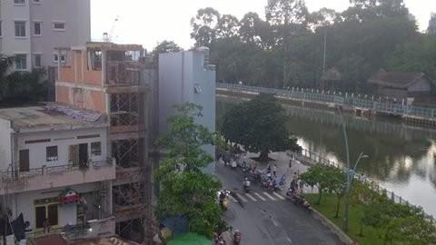 Người dân xây nhà ở trên bảy tầng tới đây sẽ phải mua bảo hiểm bắt buộc. Trong ảnh là một công trình dân dụng đang xây dựng trên đường Trường Sa, Bình Thạnh, TPHCM