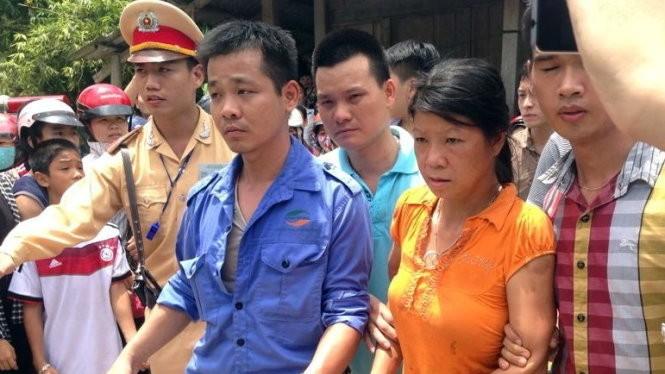 Nghi phạm Nguyễn Thị Hán được dẫn giải lên xe để đưa về trụ sở công an tỉnh Yên Bái