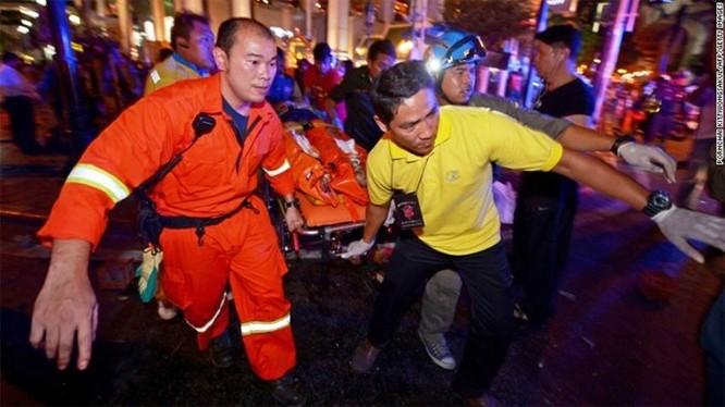 Cấp cứu người bị thương trong vụ nổ lớn ở Bangkok. Ảnh CNN