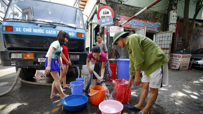 Mỗi một xe bồn có sức chứa khoảng 8 khối nước được công ty nước sạch vận chuyển đến những khu vực dân cư mất nước từ sự cố vỡ ống nước sáng 13/8
