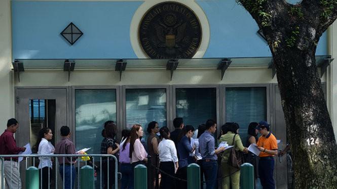 Người dân xếp hàng xin visa tại Tổng lãnh sự quán Mỹ ở TP.HCM