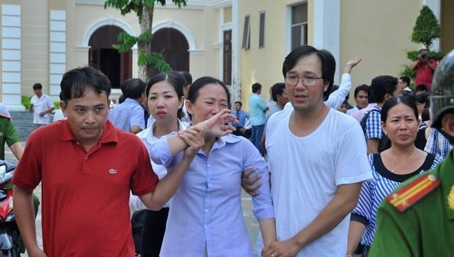 Bị cáo Trịnh Thị Hồng Phượng (nguyên Phó giám đốc) Cty Phương Nam khóc sau khi bị kết án, đã kháng cáo sau đó.