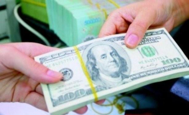 Ba ngày trước khi quyết định điều chỉnh tỷ giá lần hai, mỗi ngày NHNN bán ra vài trăm triệu đô la Mỹ, song cầu vẫn rất cao chủ yếu do các ngân hàng thương mại mua vào để đóng trạng thái cho khách hàng.