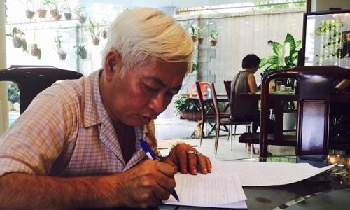"""Ông Trần Phương Bình viết thư gửi khách hàng, cổ đông và nhân viên DongA Bank tại nhà riêng sáng nay. Vợ chồng ông Bình cùng các cổ đông gây dựng DongA Bank từ năm 1992, với phương châm """"Đi chậm mà chắc""""."""