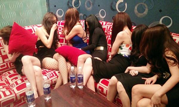 """Nhiều tiếp viên ăn mặc """"mát mẻ"""" phục vụ khách. Ảnh: VTC News"""