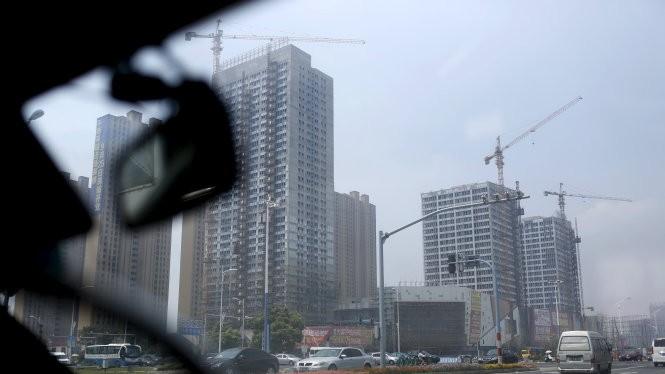 Một dự án xây dựng khu dân cư và văn phòng ở tỉnh Giang Tô. Kinh tế Trung Quốc đang cho thấy nhiều dấu hiệu bất ổn - Ảnh: Reuters