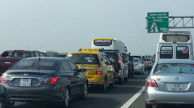 Phí đăng ký xe dưới 10 chỗ không kinh doanh vận tải tăng hơn 5 lần