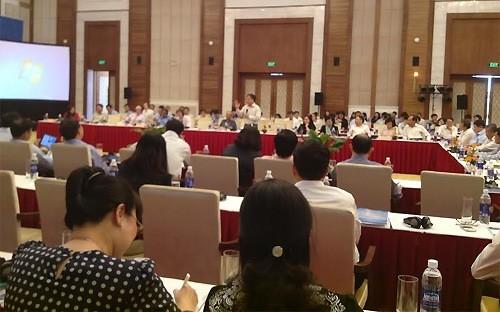 Chuyên gia Trần Đình Thiên (người đứng) tham gia thảo luận tại Diễn đàn Kinh tế Mùa thu 2015, diễn ra ở Sầm Sơn, Thanh Hóa.