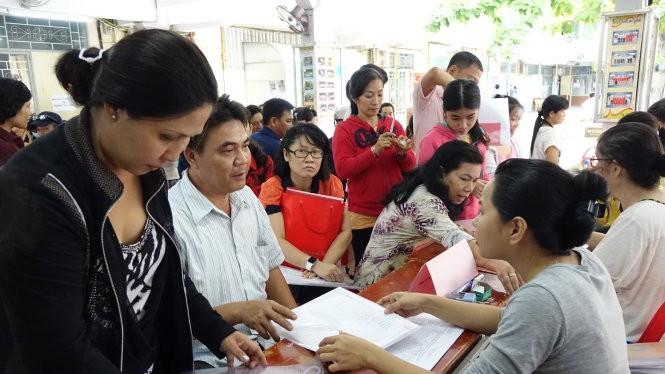 Phụ huynh đến nộp hồ sơ nhập học cho học sinh lớp 6 tại Trường THCS Kim Đồng, Q.5, TP.HCM. Đây là quận không đòi hỏi phải có hộ khẩu khi tiếp nhận học sinh