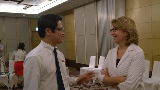 Bà Virginia B. Foote (phải), đồng chủ tịch của VBF Việt Nam
