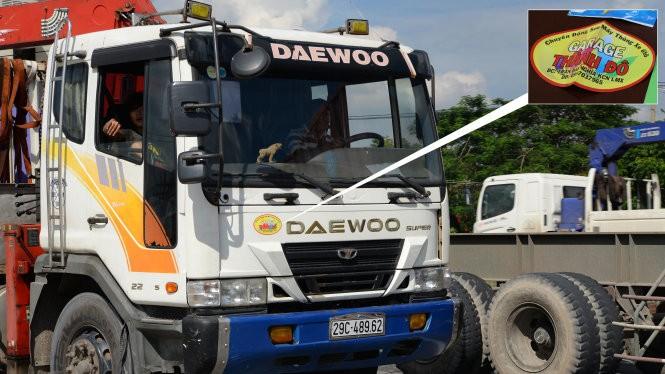 """Ảnh lớn: xe tải dán logo """"Garage Thành Đô"""" chở hàng trên quốc lộ 1 đoạn qua địa phận quận Thủ Đức, TP.HCM chiều 27-8 Ảnh nhỏ: logo mà Trần Văn Thới bán cho tài xế từ 2,5 - 3 triệu đồng"""