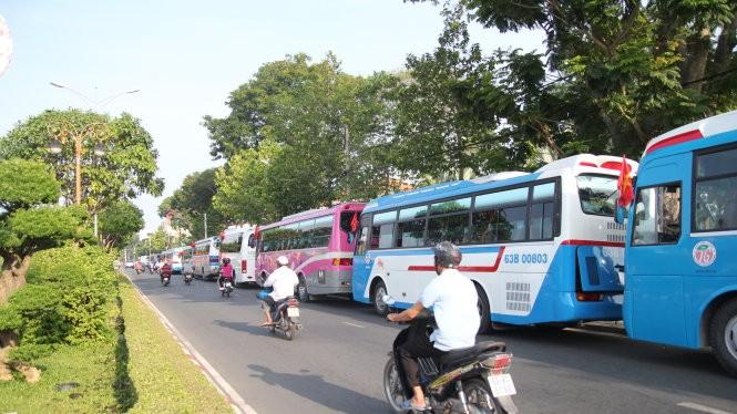 Khoảng 40 xe loại 50 chỗ đậu thành hai dãy dài trên đường