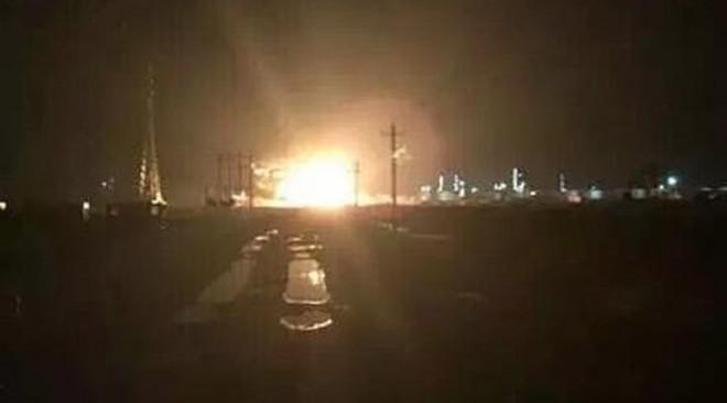 Vụ nổ ở Đông Dinh có thể được nhìn thấy từ xa (Ảnh: Nhân dân nhật báo/Twitter)