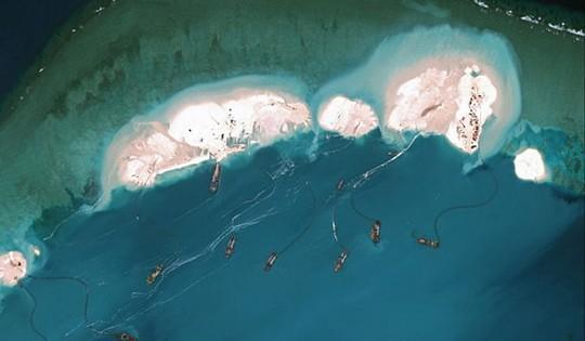 Ảnh vệ tinh tố cáo hoạt động bồi lấn trái phép của Trung Quốc trên bãi Vành Khăn. Ảnh: Sydney Morning Herald