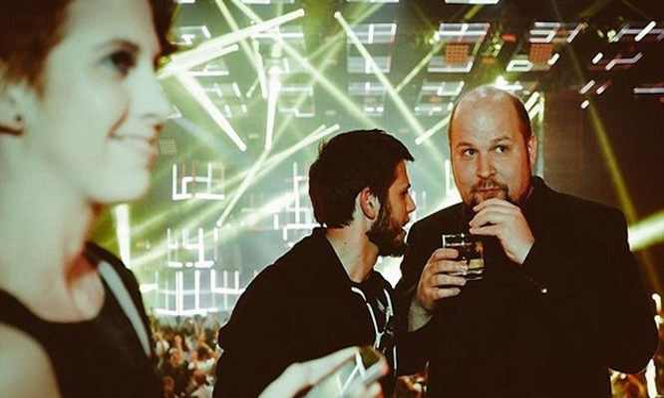 Markus Persson trong một bữa tiệc ở Las Vegas sau khi trở thành tỉ phú nhờ bán trò chơi Minecraft cho Microsoft