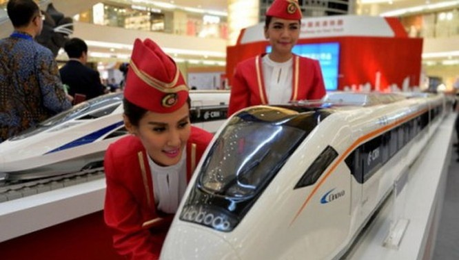 Mô hình tàu lửa cao tốc của Trung Quốc trưng bày trong một trung tâm mua sắm ở thủ đô Jakarta, Indonesia - Ảnh: AFP
