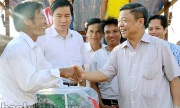 Hình ảnh Chủ tịch UBND tỉnh Hà Tĩnh tặng bia cho ngư dân nghèo trong chuyến đi làm việc về nông thôn mới trên báo Hà Tĩnh.