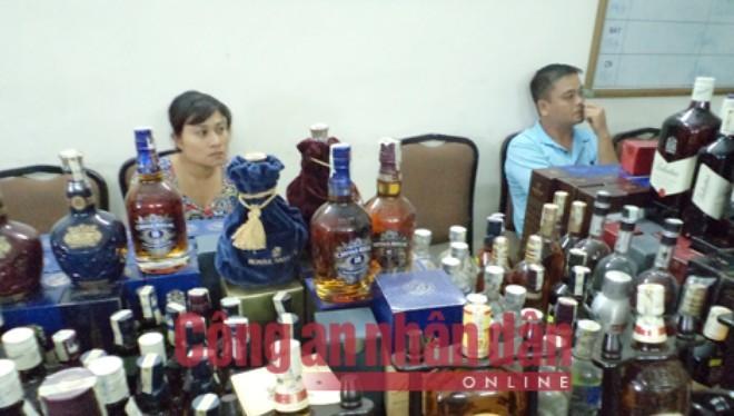Vợ chồng Giang - Hoa cùng tang vật vụ án.