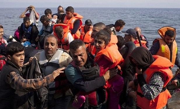 Người nhập cư vượt biển để vào châu Âu (Ảnh: Dailymail)