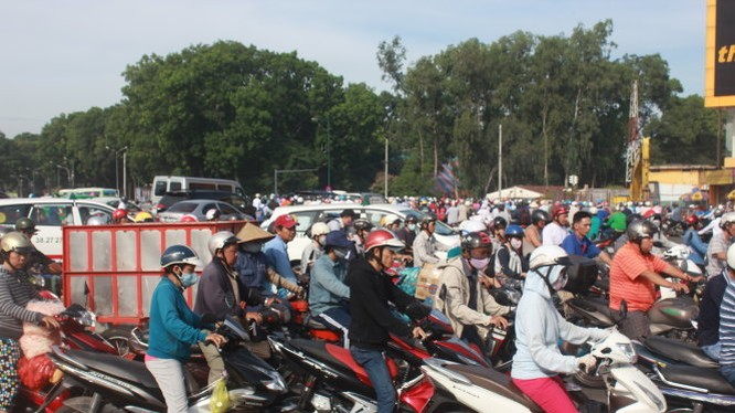 VN đã quá chú trọng vận tải đường bộ, trong khi đất chật người đông, đã dẫn đến ùn tắc, tai nạn giao thông bất thường. Cảnh ùn tắc tại vòng xoay Nguyễn Thái Sơn sáng ngày 7-9