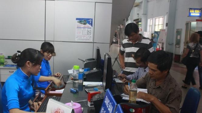 Người dân đến thanh toán tiền vé tàu điện tử tại ga Sài Gòn
