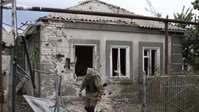 Một ngôi nhà lại làng Sartana, gần Mariupol, khu vực Donetsk, miền đông Ukraine bị phá hủy trong cuộc đụng độ ngày 17/8. (Nguồn: AFP/TTXVN)