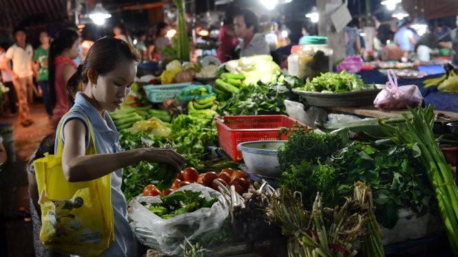 Người lao động mong muốn chính sách BHXH phải hài hòa để đảm bảo thu nhập đủ sống ở hiện tại và khi nghỉ hưu. Trong ảnh: Khu chợ công nhân bên cạnh KCX Linh Trung (Q.Thủ Đức, TP.HCM)