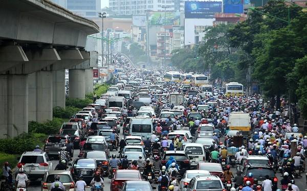 Các phương tiện tham gia giao thông trong giờ cao điểm trên một đường phố Hà Nội.