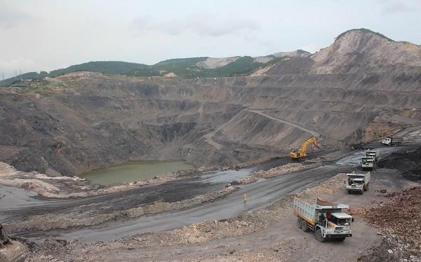 Mỏ lộ thiên 917 - Công ty than Hòn Gai vẫn ngập sâu khoảng 50m nước, trong khi đường giao thông vẫn chưa khắc phục xong.