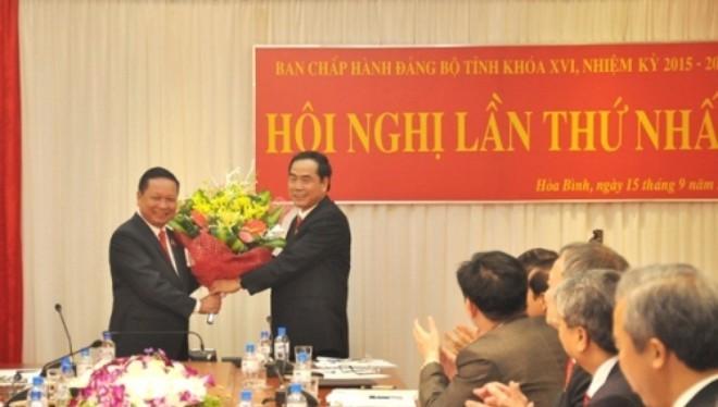 Đồng chí Bùi Văn Tỉnh, Bí thư Tỉnh ủy chúc mừng đồng chí Nguyễn Văn Quang tái cử chức danh Phó Bí thư Tỉnh ủy, khóa XVI.