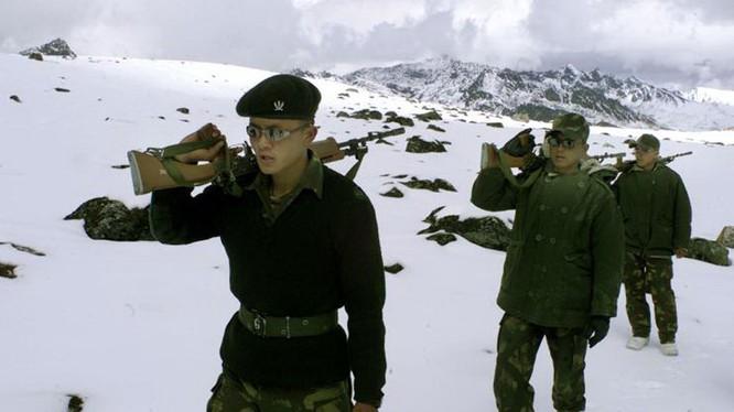 Binh sĩ Ấn Độ tuần tra gần biên giới giáp với Trung Quốc - Ảnh: Reuters
