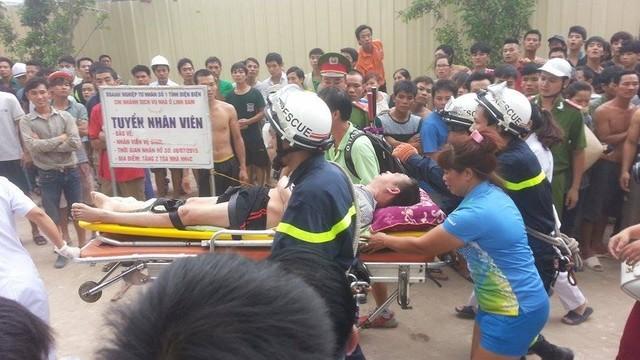 Người đàn ông đã ngất xỉu khi được đưa xuống mặt đất