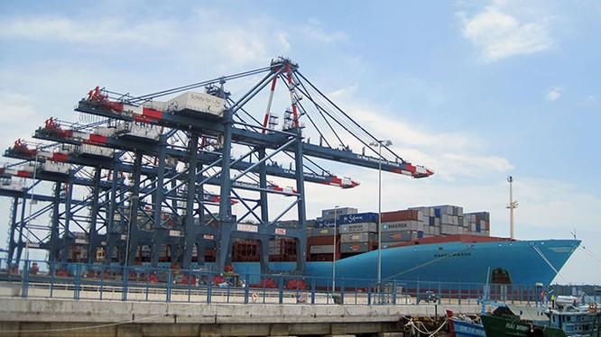 Một tàu container cập cảng CMIT