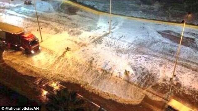 Sóng thần ập vào bờ biển Chile