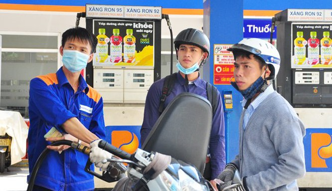 Giá xăng tăng 620 đồng/lít.