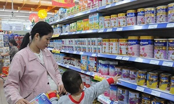 Trớ trêu giá sữa cho trẻ 'cõng' thêm cả giá điện, lương tối thiểu