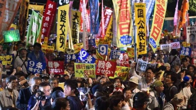 Người biểu tình phản đối luật an ninh mới của ông Abe Ảnh: AFP