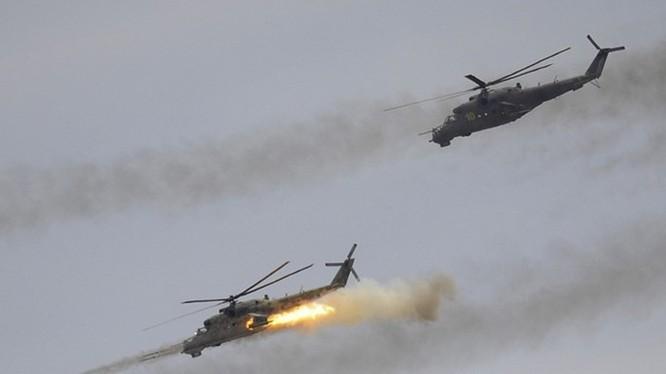 Trực thăng vũ trang Mi-24 của Nga tập trận phóng tên lửa. Khắc tinh của các xe tăng ngày nay là các trực thăng vũ trang như thế này - Ảnh: TASS