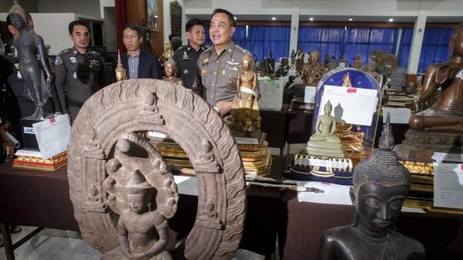 Cảnh sát Thái Lan công bố các tài sản tịch thu trong cuộc điều tra hành vi nhận hối lộ nhằm vào CIB và cảnh sát biển vào cuối năm 2014 - Ảnh: Reuters
