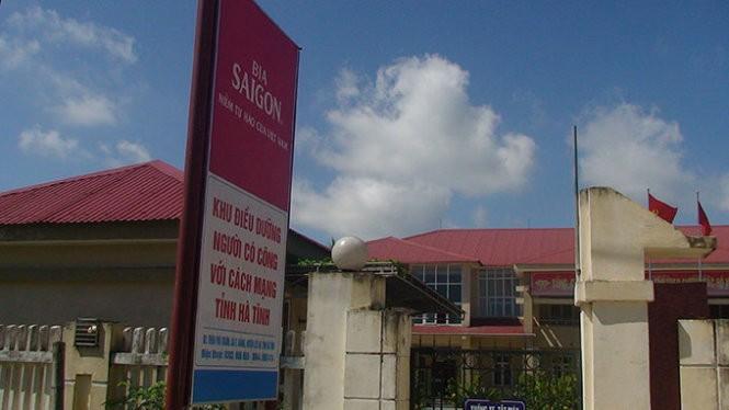 Ngay bảng hiệu Khu điều dưỡng người có công với cách mạng tỉnh Hà Tĩnh in hình quảng cáo bia Sài Gòn