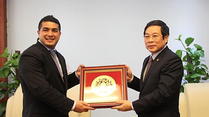 Bộ trưởng Nguyễn Bắc Son tặng ngài Eric Nazaraly quà lưu niệm (bức tranh đồng Chùa Một Cột)