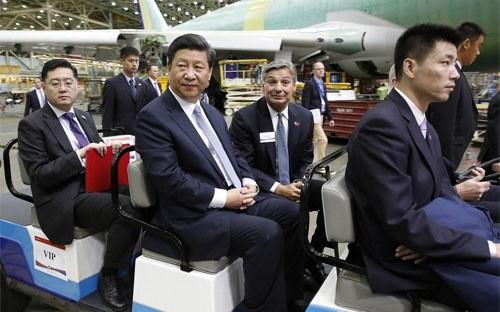 Chủ tịch Trung Quốc Tập Cận Bình (giữa) thăm nhà máy lắp ráp máy bay Boeing ở Everett, Mỹ, ngày 23/9 - Ảnh: Getty/Bloomberg.